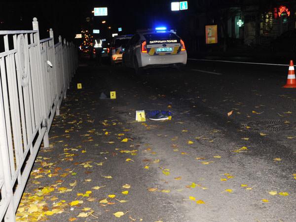 Мужик вырвал сумку из рук прохожего, пустился в бега - и попал под колеса патруля копов! Вот видео.