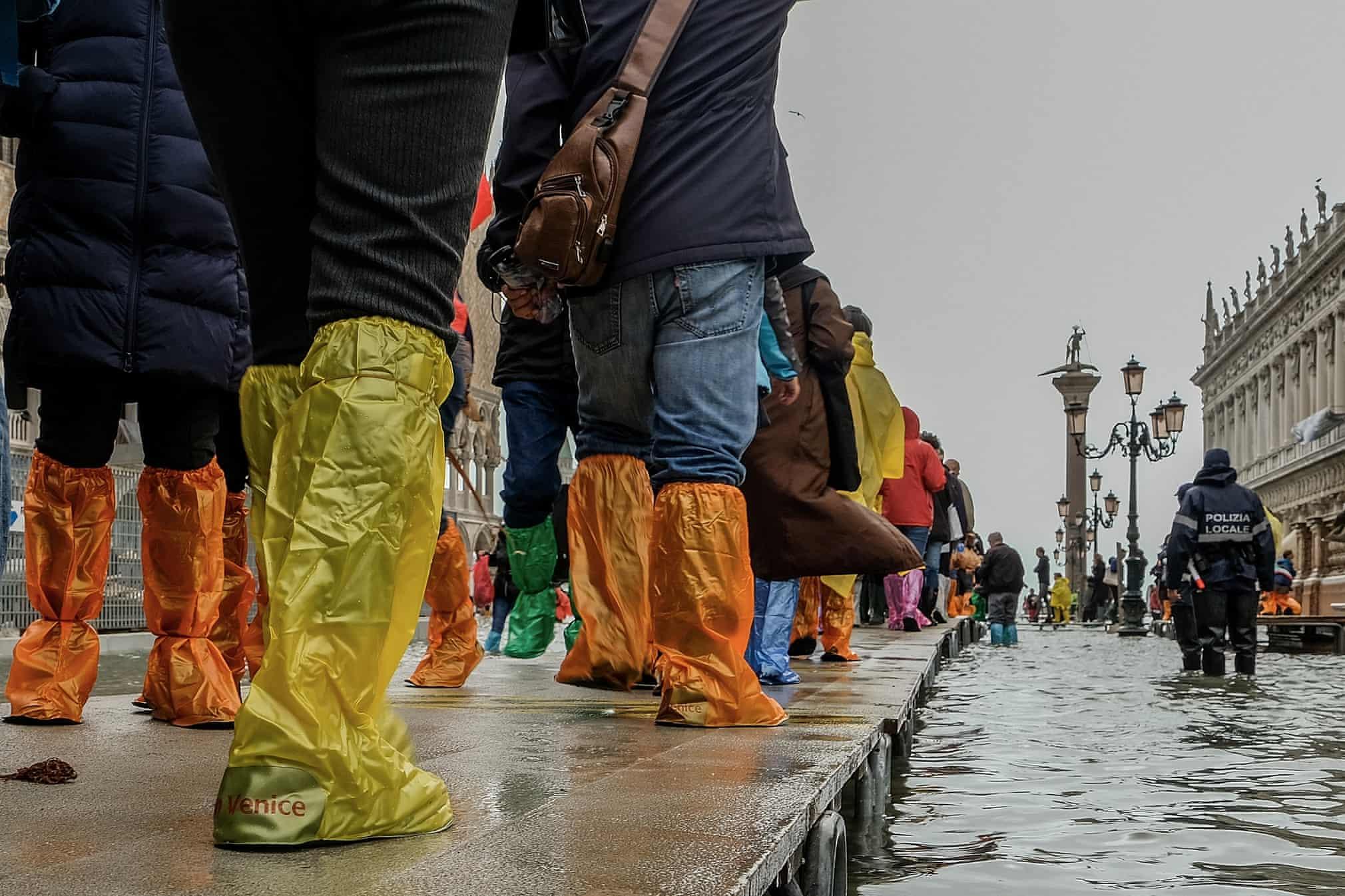 Венеция уходит под воду: Вот новые фото с места событий Буйство стихии глазами очевидцев.