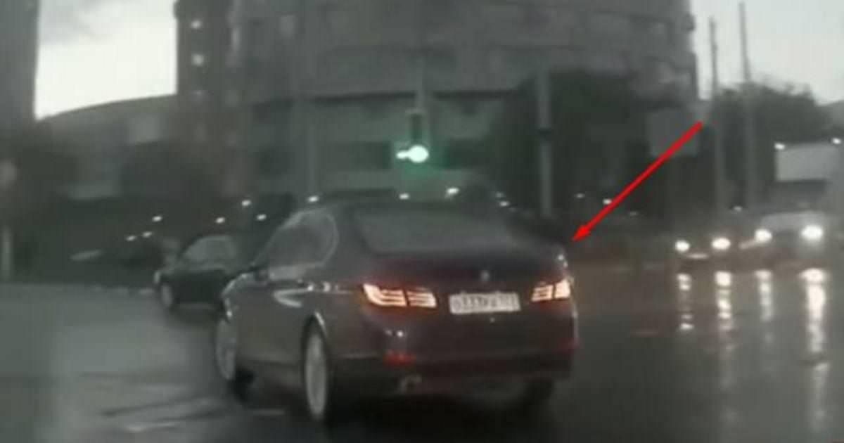 Мистическая авария: Смотрите, как машина появилась буквально из-под земли!