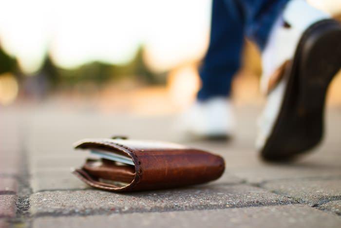 9 вещей, которые нельзя поднимать, если увидел на улице Взрослых тоже касается.