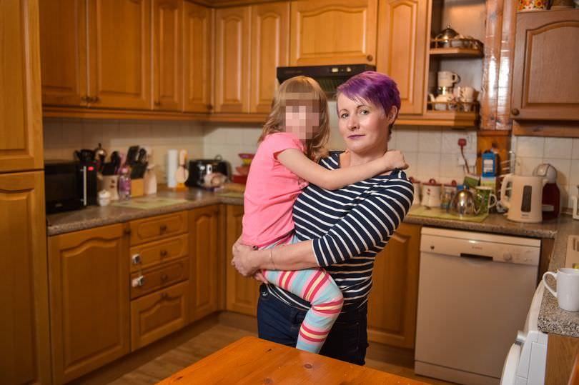 Храбрая шестилетняя девочка спасает маму от «сатанинского» домашнего насилия Папа ?может? все что угодно :(.